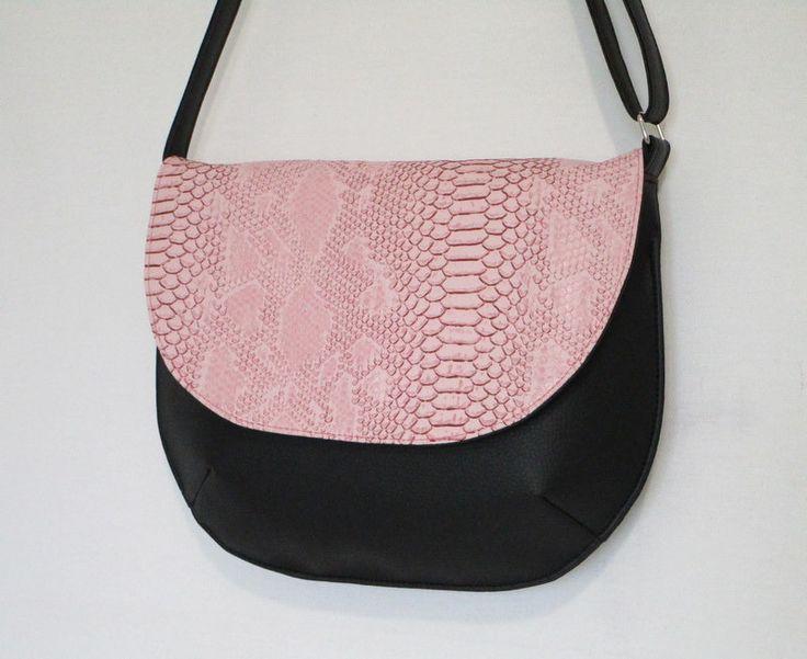 Besace en simili cuir noir et simili cuir dragon rose : Sacs bandoulière par au-fil-de-syl