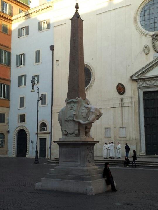 Il piccolo obelisco con elefante sul lato del Pantheon