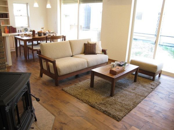 アルダー材のウォールナット色の床材にウォールナット無垢材の家具で統一したLD空間をご紹介! の画像 家具なび ~きっと家具から始まる家づくり~