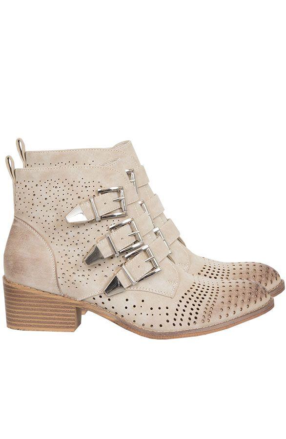Wanted Buckle Boots Beige | The Musthaves Statement beige laarsjes met gesp en perforatie bestel je online! Deze Musthave laarsjes met hak zijn mega trendy.