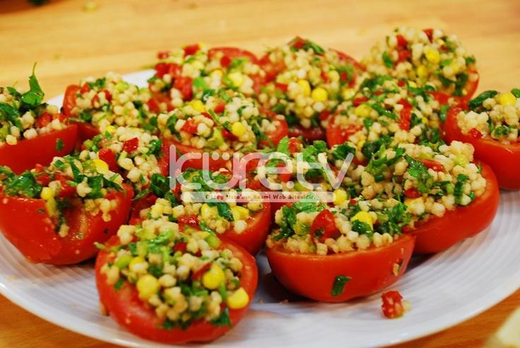 """Oktay Usta'dan """"Domates LJanağında Mısırlı BuğŸday Salatası"""" tarifi... HAZIRLANIŞI: KarışŸtırma kabına haşŸlanmış buğŸday, doğranmış kırmızı biber, yeşŸil biber, maydanoz, nane, yeşŸil soğŸan ve... http://oktayusta.kure.tv/oktay-ustadan-domates-c‡anagŸinda-misirli-bugŸday-salatasi-tarifi/"""