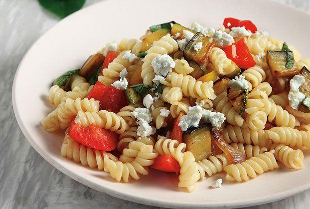 Εσείς που αγαπάτε τα ζυμαρικά θα λατρέψετε αυτή τη σαλάτα. Μπορεί να αποτελέσει συνοδευτικό πιάτο π.χ. σε μπιφτέκια στη σχάρα, ή και κυρίως.