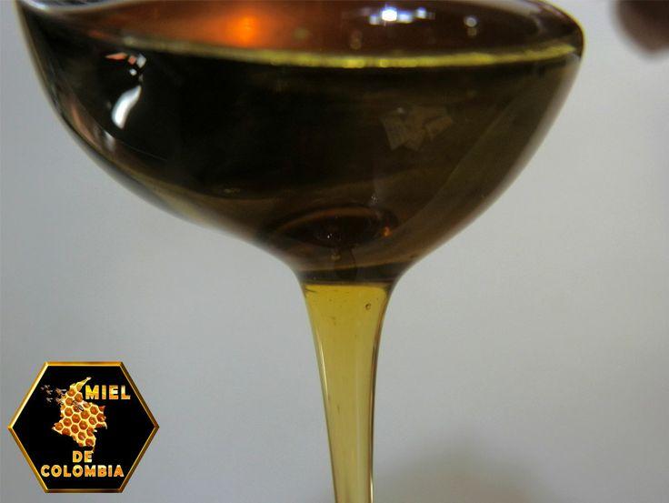 Usa miel para tratar el pelo teñido para evitar que se quiebre y dañe. Simplemente pon miel pura (en un envase para apretar) en las raíces. Usa los dedos para refregar suavemente hasta que esté todo untado. Deja actuar por 20 minutos, enjuaga y lava con champú.