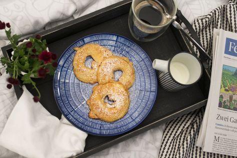 Omas Apfelspalten Wie aus Omas Küche... Gebackene Apfelspalten hatten in Omas Küche immer Tradition. Traumhafte Mehlspeisen sind ein fixer Bestandteil eines ausgiebigen Frühstücks. Mit diesen gebackenen Apfelspalten lässt sich das Gesunde gleich mit dem Süßen verbinden :-)