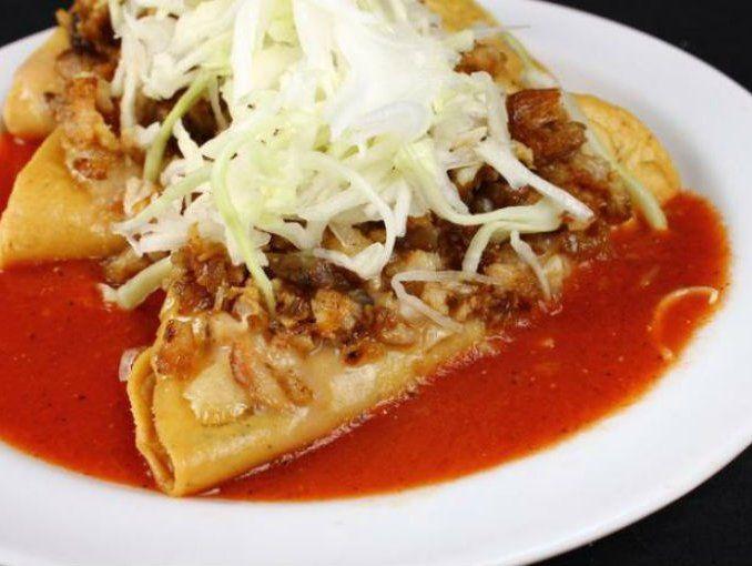Tacos dorados, con col rallada, carne y salsa para  ahogadas, chile y cebolla...  estos los sirven siempre en los lugares que venden las tortas ahogadas