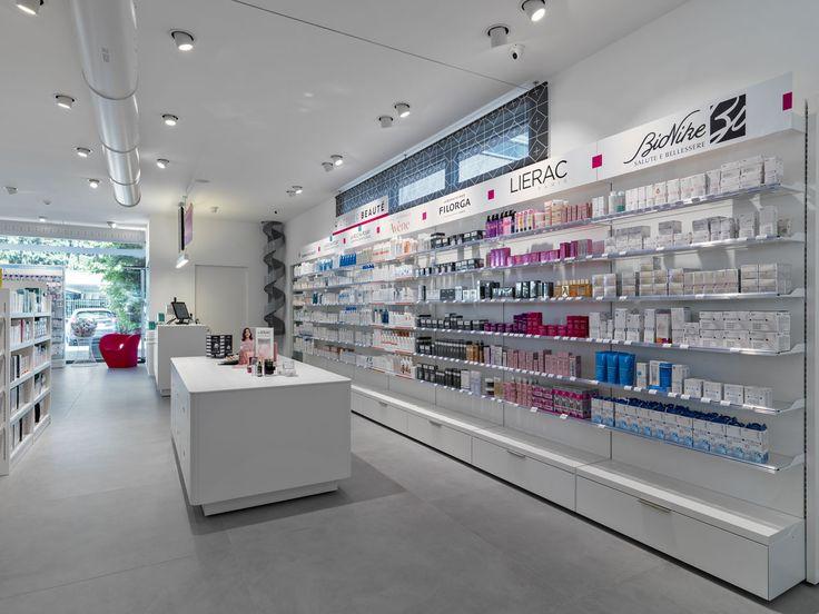 Cosmesi in farmacia, arredamento studiato per la perfetta esposizione dei prodotti.