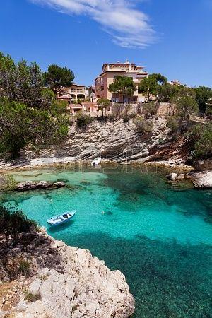 Antiguo bote de remos amarrado en Cala Fornells, Mallorca, España
