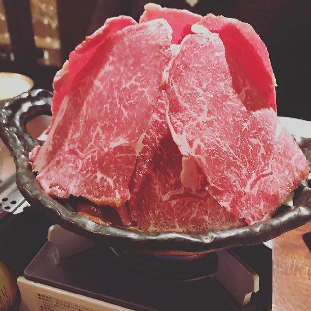 * アップ忘れていたので。 肉タワー!笑 懇願していた、牛鍋が、パワーアップして、舞い戻って来た。 白老牛を使った、牛鍋。 いつもお世話になっているので、と、超特別サイズ。 この味噌ダレが甘いんだけど、物凄いうまい!最後の〆はこれまた特別にリゾットまで作って頂きました。(メニューにはありません) 本当に絶品。この牛鍋をきっかけに一年半前から通い続けてるなぁ。 思い出の品。 #札幌グルメ #北海道グルメ #うまい #yum #sapporo #hokkaido #飲兵衛 #牛鍋 #すきやき #happy #大三坂すすきの #sukiyaki #鍋 #肉 #dinner