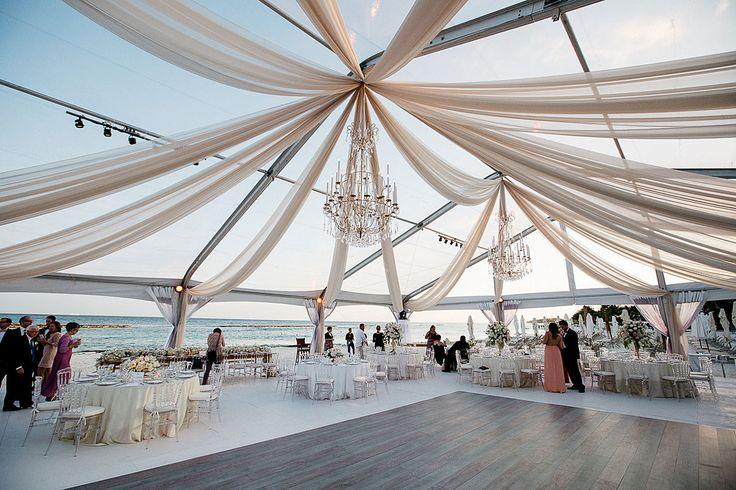 Para as noivas que amam praia, mas não abrem mão do luxo, a foto abaixo poderá ajudá-las a abrir um pouco mais seus horizontes. Areia? Não obrigado! rsrssrs
