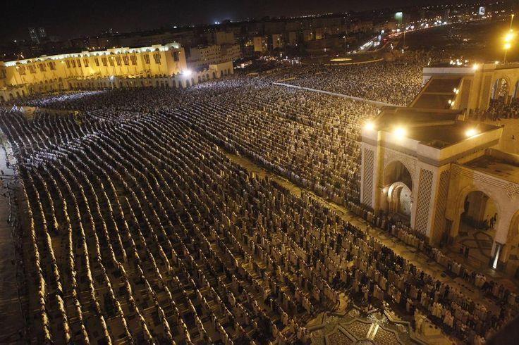 Devotos musulmanes rezan en la explanada de la mezquita de Hassan II en Laylat al-Qadr durante el mes sagrado del Ramadán, en Casablanca. Laylat al-Qadr, es el aniversario de la noche de los musulmanes creen que el Corán fue revelado al profeta Mahoma por el ángel Gabriel.  Foto: Stringer / Reuters en español