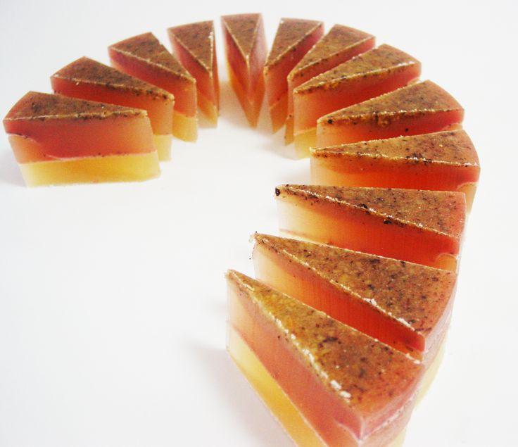 jabón pastel  ingredientes: glicerina, aceite de risino, aceite de coco, leche en polvo, almendras molidas, canela en polvo, colorante vegetal rojo, aceite esencial mango coco