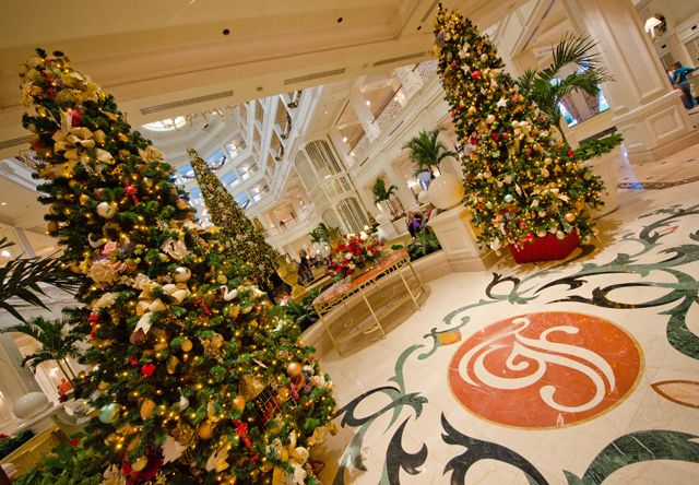 Free self guided tour of Disneyworld resorts Christmas decorations. A new family tradition.