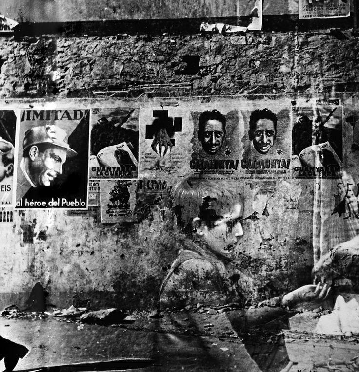 Kati Horna. Niño con muro y carteles. 1937. Plata / gelatina. 19.5 x 24.5 cm.  Colección Nora Horna