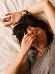 We feel you! Sich täglich mit Kopfschmerzen oder Migräne rumzuschlagen, ist wirklich ätzend und unangenehm. Schlimmer noch – es kann einem den letzen Nerv rauben und einem den ganzen Tag verhageln. Wir haben aber was, was euch vielleicht hilft: Yoga! Es gibt nämlich ein paar Übungen, mit denen ihr euer nerviges Leiden in den Griff kriegen könnt.