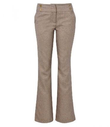 Calça alfaiataria - Essa é o tipo de calça é um dos mais versáteis que existe. Ela combina tanto com saltos finos, como scarpin, como também com sapatilhas e tecidos mais despojados, como moletom e jeans. Foto divulgação