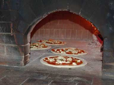 La Pizzeria Acunzo serve ogni giorno ai suoi clienti la fragranza genuina e autentica della migliore pizza napoletana, lievitata naturalmente e cotta rigorosamente a forno a legna.