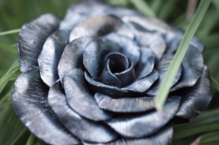 Perfect as a gift, decorations around home or at weddings and functions. These roses are all handmade using recycled steel so no two are identical. Forged of 1mm steel, they have a nice, solid weight to them and don't feel cheap or tacky at all.  Can be painted on request and made to almost any size.  Can also be seen on Instagram by searching the user @RustedFabrication. #steel #rose #steelrose #flower #steelflower #fabrication #metalfab #custom #kustom #art #gift #unique #handmade…
