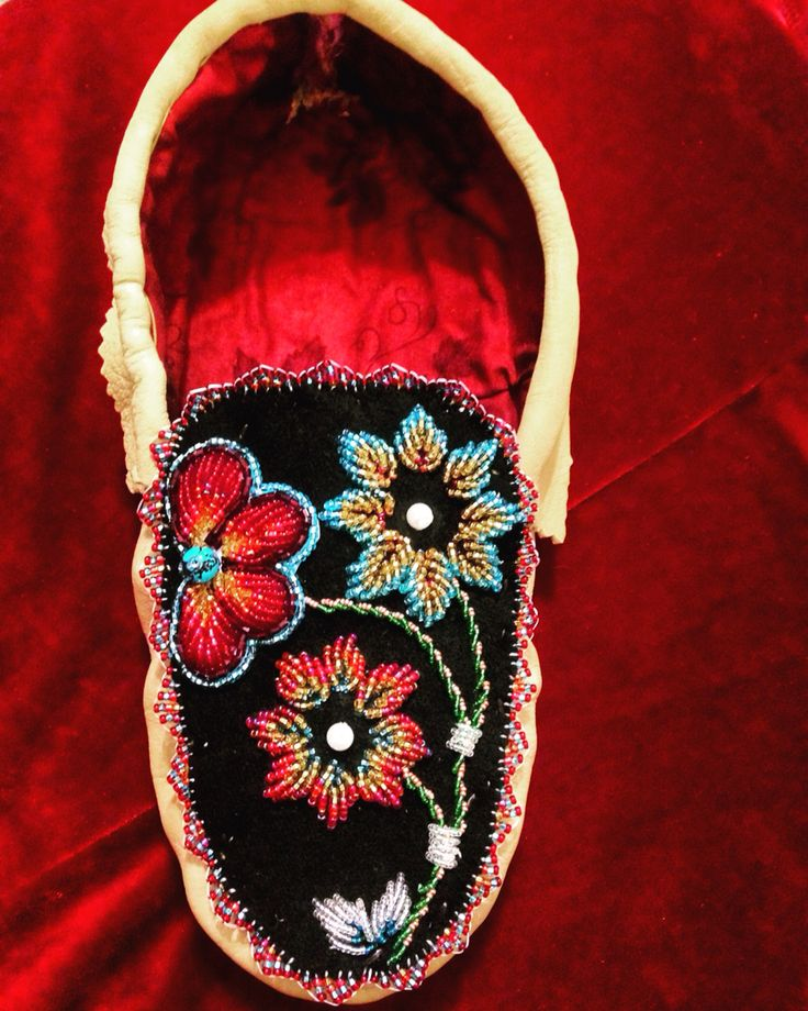 Women's moccassins Iroquois. Style raised beadwork Ashley Thompson Akwesasne