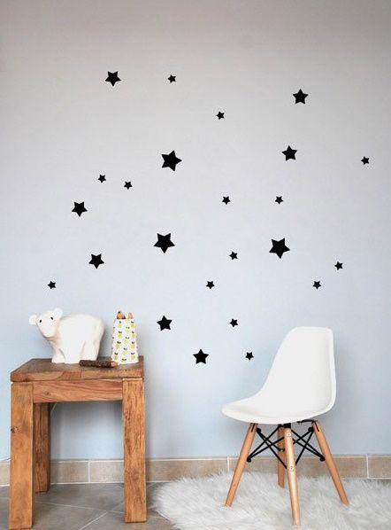 POM muurstickers Sterretjes zwart. Het Franse merk POM heeft geweldig leuke muurstickers in de collectie. En zo fijn: er zijn vele designs en kleuren! De muurstickers zijn verpakt in een mooi kartonnen doosje.