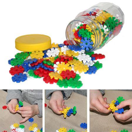Bloemetjes stekken, speelgoed van vroeger, vrolijke fijn motoriek oefening  www.toys42hands.nl
