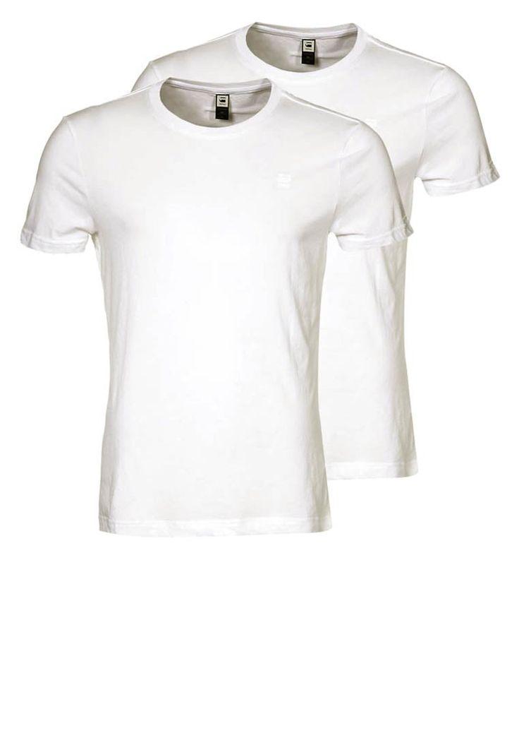 Das perfekte Shirt für jede Gelegenheit. Mit maskulinem Schnitt, angenehmem Material-Mix und klassischem Stil ist dieses einfarbige T-Shirt der perfekte Allrounder für Männer. Lässig zur Jeans, sportlich zur Shorts und edel unter dem Sakko überzeugt es auf ganzer Linie und deshalb haben sich die Macher von G-Star gefragt, was noch besser sein kann als dieses Shirt.