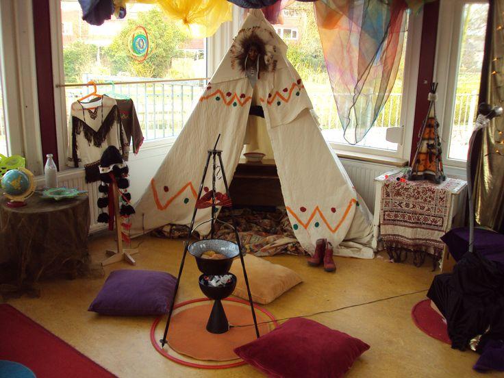 De indianen hebben hun tipi opgezet op de Prins Clausschool.