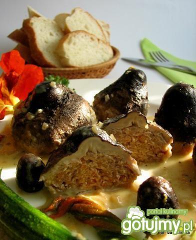 na koniec sos doprawiłam i dolałam śmietanki - po przekrojeniu takiego grzybka w środku znajdziecie mięsną niespodziankę - Małe kanie faszerowane - Zdjęcie - Grzyby leśne - Grzyby - przepisy - Gotujmy.pl
