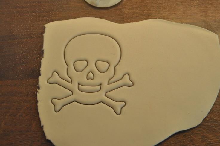 Oggi un tutorial per immagini per realizzare la bandiera dei pirati: http://www.kikkascakes.com/Kikkas_Cakes/come-faccio/la-bandiera-pirata/