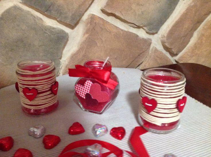 Candele profumate realizzate riciclando vasetti di vetro e vecchie candele rosse sciolte a bagnomaria e profumate con oli essenziali bio afrodisiaci