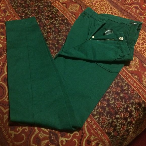 """Forest green pants!  These are H&M high waisted forest green pants! They are skinny and have front and back pockets. Perfect for work- they have a dressier feel to them! Super comfortable! Only worn 2-3x. Rise- 8.5"""" and inseam is 30.5"""" H&M Pants Skinny"""