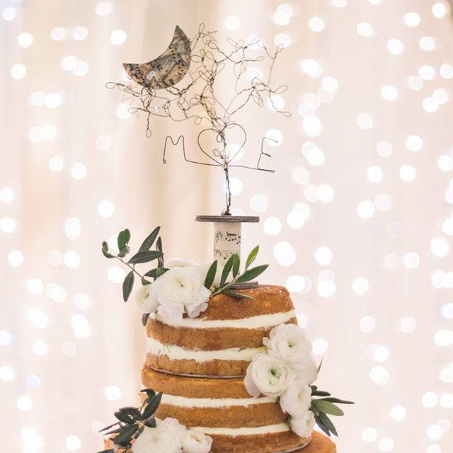 La luna & le stelle. #christmaslights #christmaswedding #weddingcake by @biascoantonella #caketopper by @filidipoesia #weddingphoto by @giovannifrandesberg #weddingday @mimmino80 & @eleonoradp #detailsoftheday #nakedcake #ranunculus #oliveleaves #white #lights by @salentoluminarie #weddingplanner #love #curtains #theknot #weareinlove #weareinpuglia #destinationweddingsalento #lasciatevistupire #elenapistoneevents www.elenapistone.it