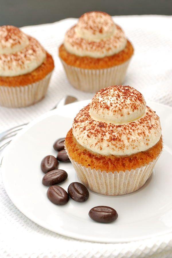 Tiramisu-Cupcakes mit Mascarpone-Frosting 1/2 Mascarpone, 1/2 Frischkäse nehmen, Zucker reduzieren!!