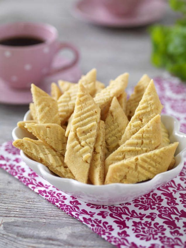 Knäcksnittar -en favorit som här bakas med valnötter.