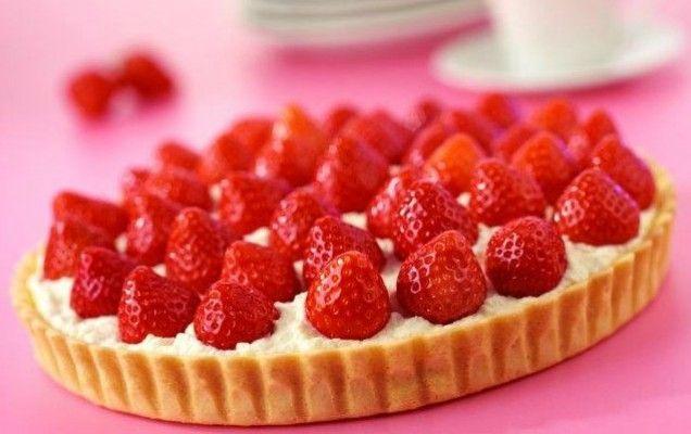 Τάρτα με φράουλες, αμύγδαλα και άσπρο τυρί