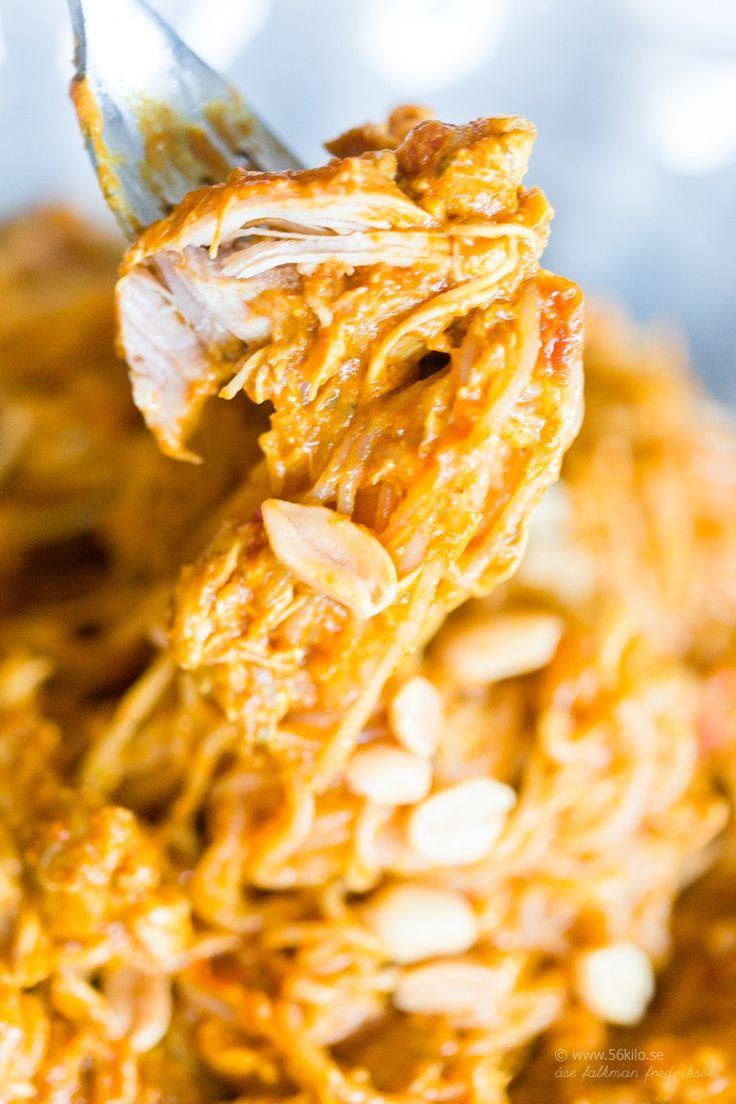 Kryddig jordnötskyckling i Crockpot Portioner: 8 1 kilo kycklinglårfiléer 2 finhackade gula lök 1 finhackad vitlök solo 2 dl sockerfri jordnötssmör 2 burkar krossade tomater (á 400g) 3 tsk malen spiskummin 2 tsk malen koriander 1 tsk chilipulver 1 tsk kardemumma 2 tsk salt 2 tsk gurkmeja 2 msk tamarisoja Jordnötter till garnering lite valfri redning // currysås jordnötssås Fav favs