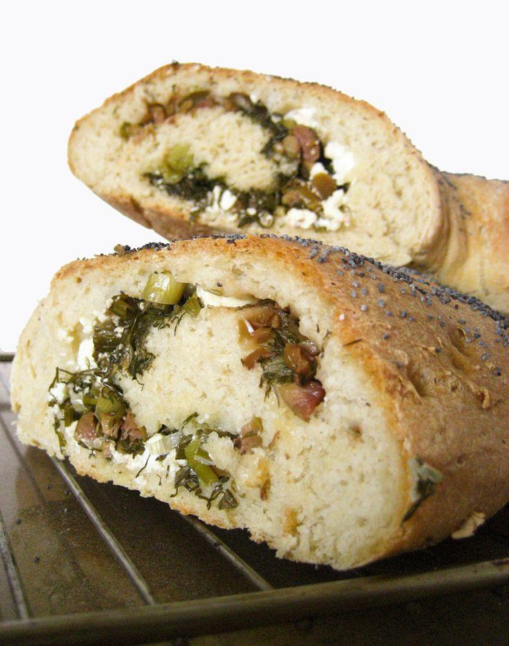 Γεμιστό ψωμί με φέτα, άνηθο, κρεμμυδάκι και ελιές
