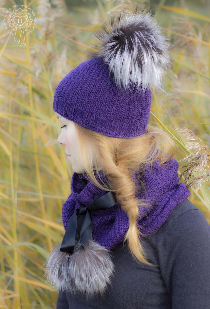 Turkissomisteiset pipo ja kauluri / Hat and neck warmer with fur pom poms