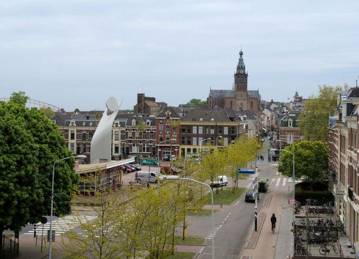 Dit is de sfeer die ik bij de in onze tekening gemaakte laan (de Dotterbloemlaan) zou willen creëren. aan beide kanten woningen en aan de kopse kant ook. verder een groenstrook met bomen in het midden waar onderbrekingen in zitten voor de zijstraten. Rick  Bron: http://www.leefmilieu.nl/sites/www3.leefmilieu.nl/files/imported/img_nwsbrf/2_Bomen%20verzachten%20de%20drukte%20in%20de%20straat_Hezelstraat.jpg