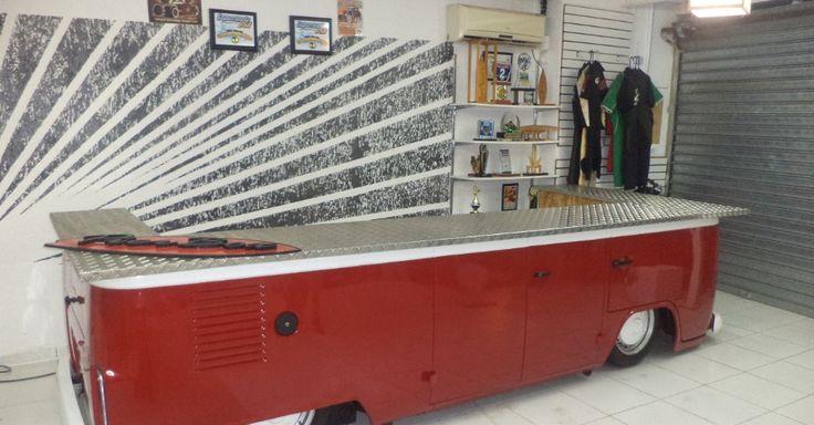 Na foto, balcão feito com a sucata de uma Kombi pela empresa Retro Garage, de Mogi das Cruzes (SP)