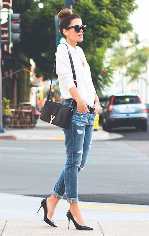 Street style look com camisa branca, calça jeans e scarpin.