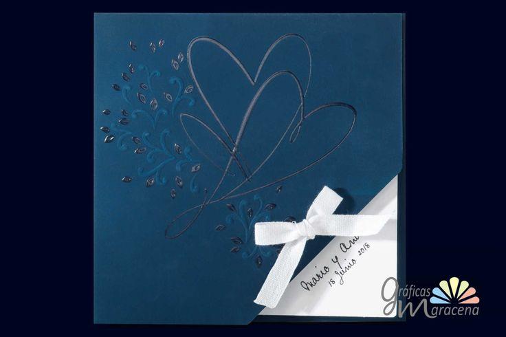 Invitación de boda azul con corazón y lazada.
