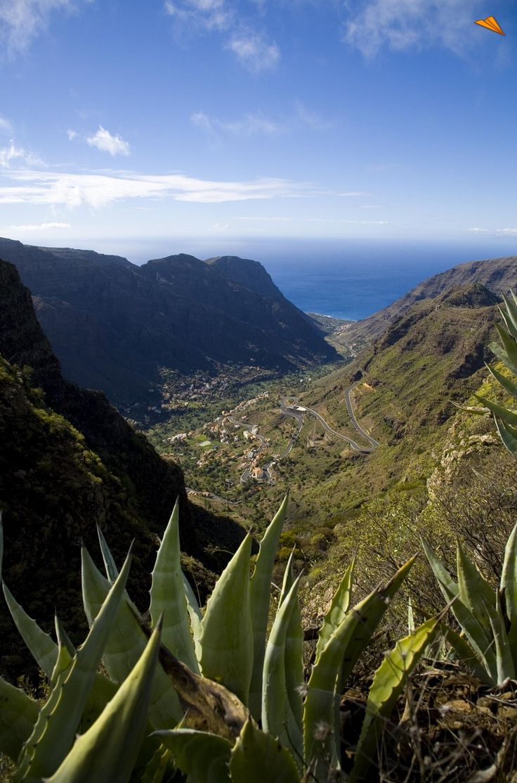 Paisaje del Valle Gran Rey, La Gomera. Fotos de viajes. La Gomera es una de las islas más abruptas de Canarias y probablemente del mundo.