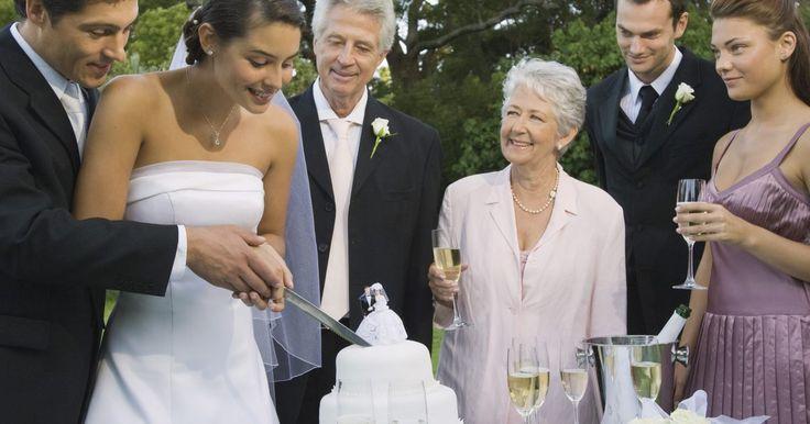 Los mejores vestidos para la madre del novio. Las madres del novio y la novia se deben vestir de una forma conservadora, para que la atención se centre en la pareja, especialmente en la novia. El conjunto de la madre del novio debe ser formal, en un color que combine o complemente los vestidos de las damas de honor y no debe ser de blanco, marfil, crema, plateado u otro color que use la ...