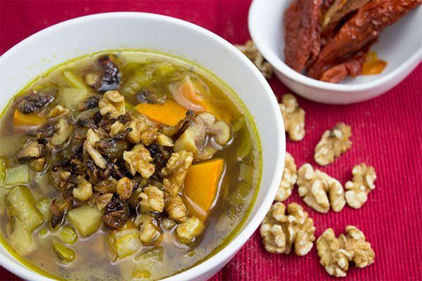 Ich habe nach einer neuen Idee gesucht, wie man Kürbis zubereiten kann. Gefunden habe ich ein Rezept für eine klare Kürbissuppe mit Maroni. Lecker!