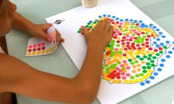 Kids love stickers almost as much as they love lollies. Why not combine stickers with an educational activity and get them to create their own dot sticker art on a map of Australia.