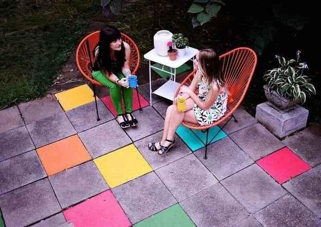 Use tinta látex para piso para colorir ladrilhos de cimento em um pátio ao ar livre.
