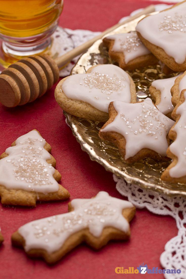 I #BISCOTTI AL MIELE (honey cookies) sono dolcetti natalizi decorati che daranno un tocco di bianco alla vostra tavola. #ricetta #GialloZafferano #Natale #Christmas #italianfood http://speciali.giallozafferano.it/biscotti-di-Natale