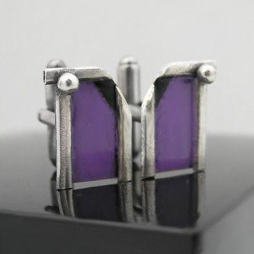 Wrzos i czerń - spinki do mankietów Spinki do mankietów z wygodnym zapięciem - stworzone od podstaw ręcznie ze srebra 925. Satynowane, oksydowane [przyciemnione] i polerowane. Emalia jubilerska w kolorze fioletowym [odcień: wrzos, lawenda] i czarnym [w jednym rogu każdej ze spinek]. Wymiary motywu: 18mm x 12mm. Wzór: uniseks [zarówno dla Pań jak i Panów].   www.KuferArt.pl