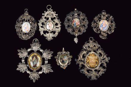 Gruppo di sette pendenti con ricche cornici in filigrana d'argento, argenteria siciliana del XVIII s ...