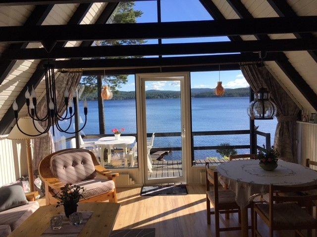 Mysig fjällstuga i Hälsingland med egen strand och sjötomt. Här kan ni spendera semestern med en panoramautsikt mot sjön från vardagsrummet.